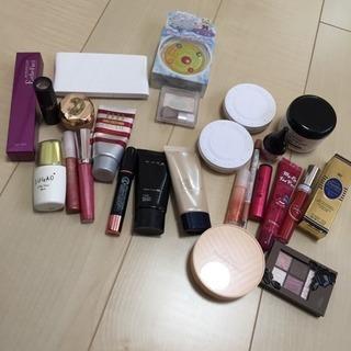 化粧品、マニキュアなど色々大量にあります。