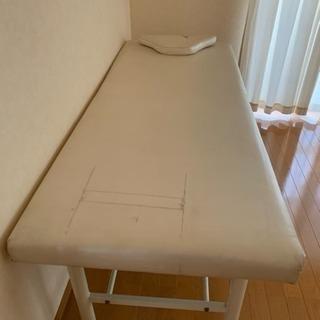 マッサージ施術用のベッドです。