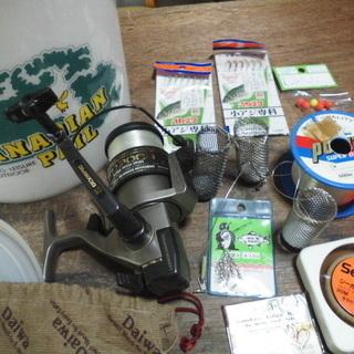 釣り具小物とリール「オリンピック2000」とペール缶のセット「特売品」
