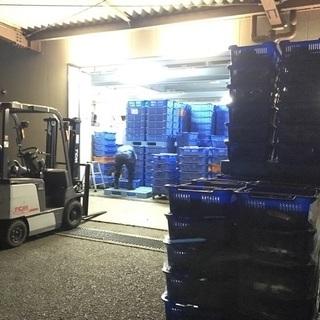 【急募1名】フォークリフトによる荷物積み下ろしと倉庫内整理【完全週...