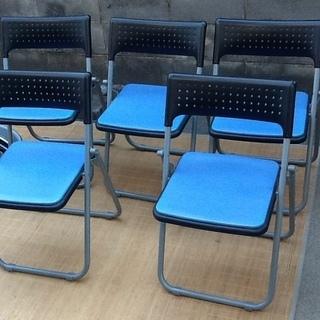 【ワンコイン】アイリスオーヤマ社製の折りたたみパイプ椅子 軽量で...