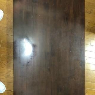 大きめのテーブルと椅子2脚