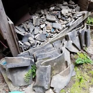古い割れた瓦 庭土難点あり