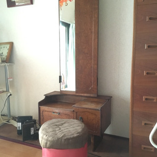 ミラー付き 化粧台。丸い椅子付き。