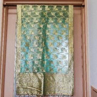 インド  バラナシ(ベナレス) の金糸の刺繍の布  黄緑