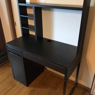 取引中、IKEAの黒い机、