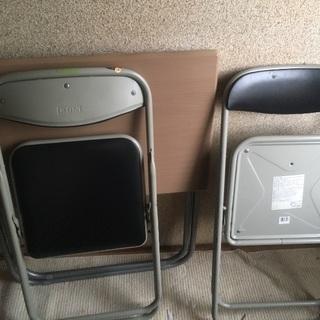 机とパイプ椅子