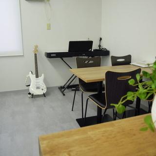 レッスンや小さな発表会に使えるスペースがあります。