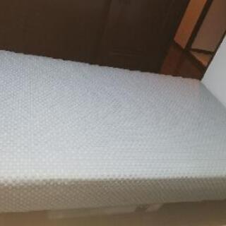 枠がないタイプのベッドです。マットレスに脚がついています。脚は取...