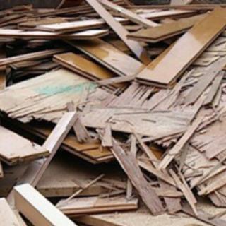 木屑拾い仕分け作業