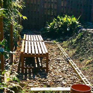野外の木製 ベンチ
