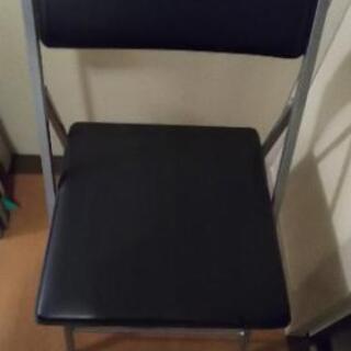 形の違う折り畳み椅子 2脚