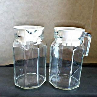 ガラスのピッチャー2個