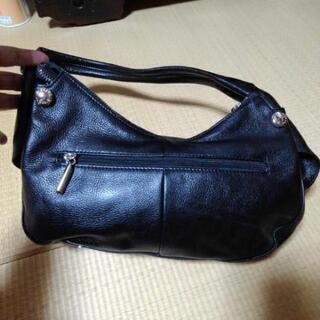 黒革のショルダーバッグ