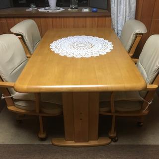 手編みのテーブルセンター付きダイニングテーブルセット