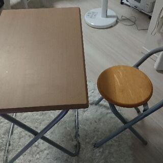 折り畳み式のテーブルとイス