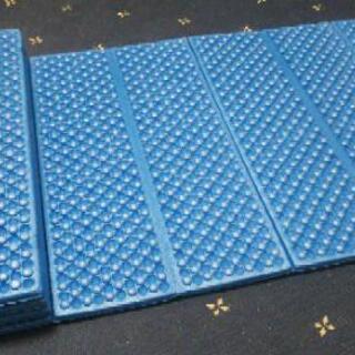 キャンプやヨガなどで使えます。折り畳み式マット
