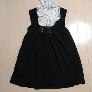 黒のスカートに水玉の紐