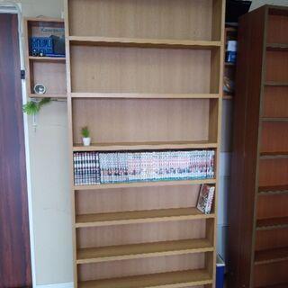 本棚 片面 ベージュ色 コンテナにたくさんあります。