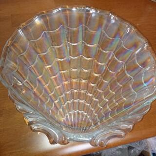 シェル形のガラスの皿