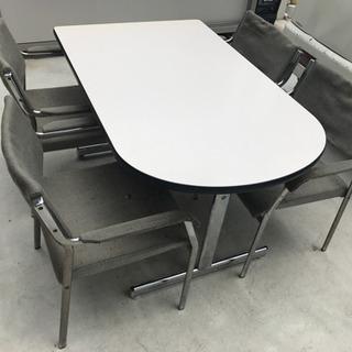 テーブル1、椅子4セットです
