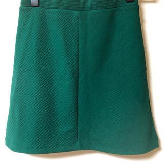 新品 H&M 緑 パッキリグリーン キレイなラインのスカート