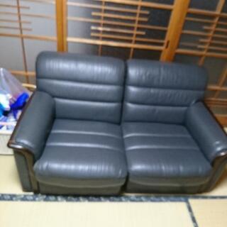 カーブ付の4人座れるソファーです