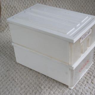 小型の収納プラケース2個とライター