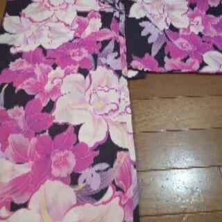 鮮やかな可愛い紺地にピンク系の花柄浴衣