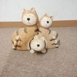 三匹のかわいいネコの置物