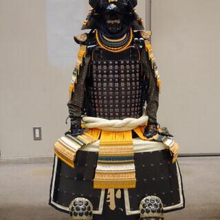 手作り甲冑 森蘭丸公の金箔置色々縅伊予札胴丸具足の甲冑を模した物です。