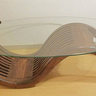 木とガラスのテーブル