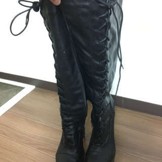 黒い厚底ブーツ