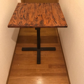 アンティーク調の正方形テーブル