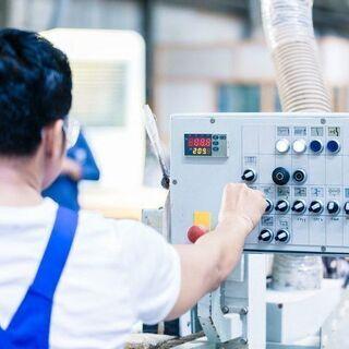 エアコンの室外機と部品の製造作業
