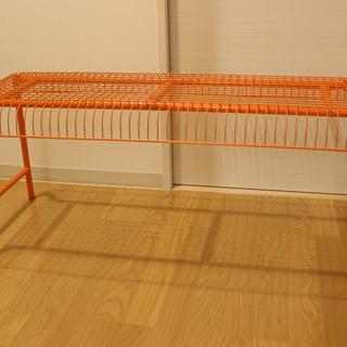イケアのおしゃれなオレンジ色のベンチ(コーヒーテーブルにもなります)
