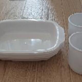 受け渡し予定者決定 プラスチック製コップと皿(各4)