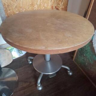 高さ調節可能な丸テーブル