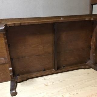 古い木味のある一枚板の座卓