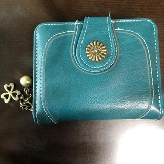 落ち着いたグリーンの財布