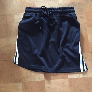 黒の横に白いラインがあるスカート