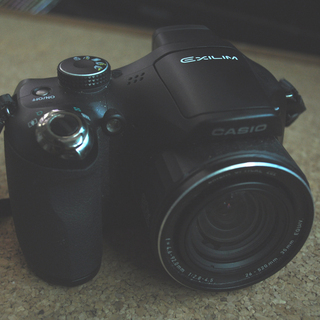 カシオ 高速連射コンパクトデジカメ 40コマ毎秒の写真とハイスピ...