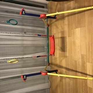 鉄棒とブランコと鉄輪の遊具