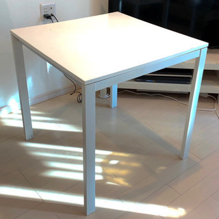 IKEAのテーブルと椅子のセット