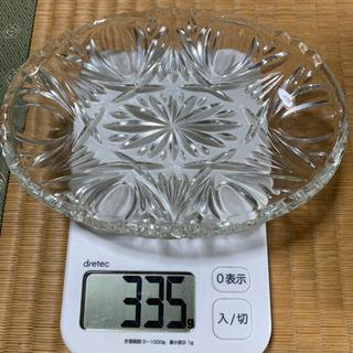 重みのあるガラスコップ、皿