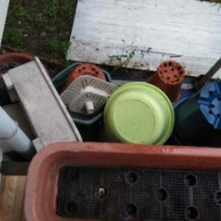 不要になった、プラスチック植木鉢、その他ガラクタ無料で差し上げます - その他