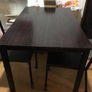 ダイニングテーブルと2つの椅子