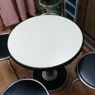 サロンの来客用に使ってました。椅子4脚付き!欲しい方差し上げます。