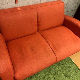 オレンジのソファ、グリーンのマット