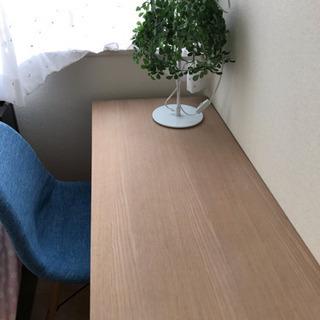 勉強机と青い椅子